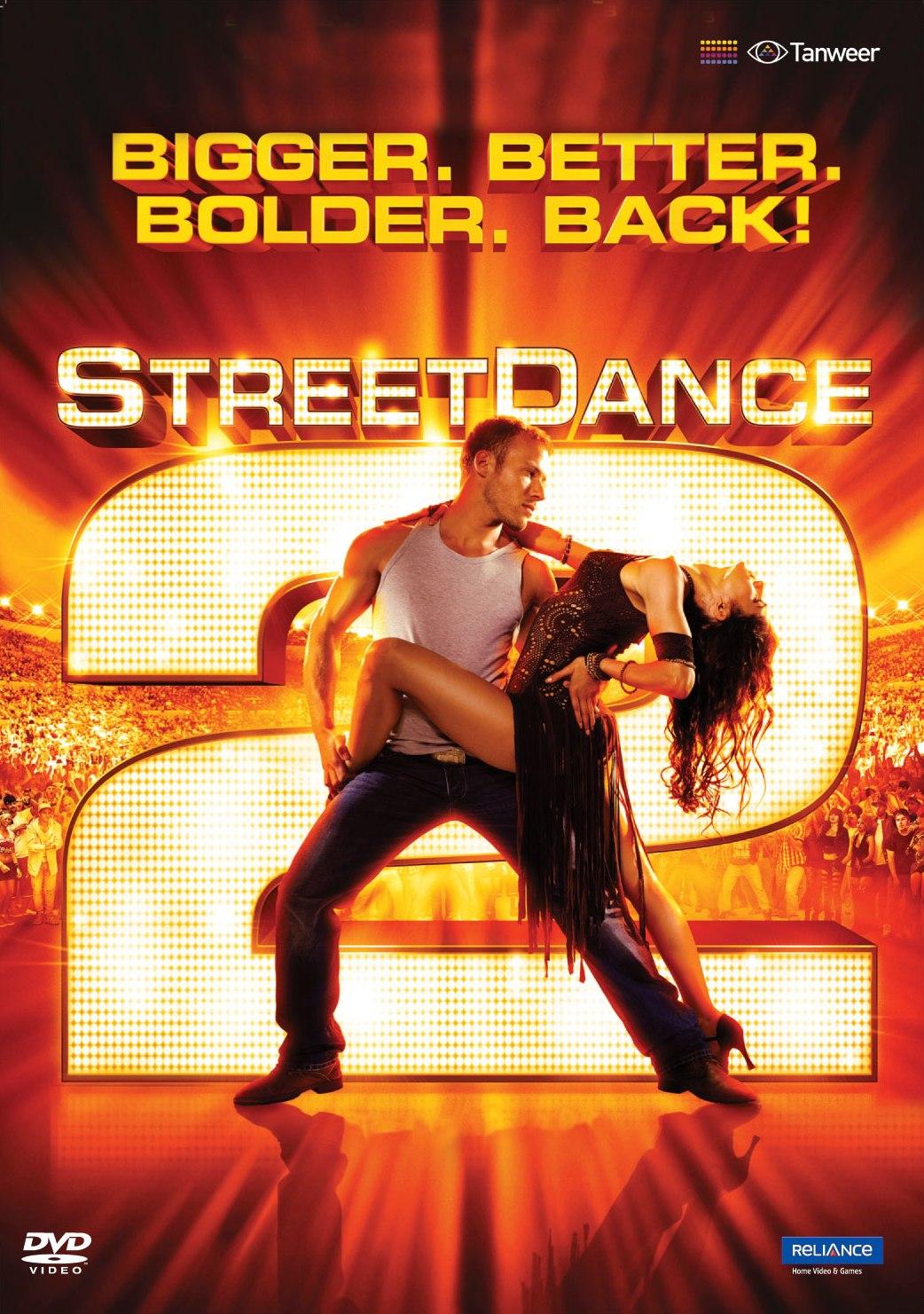 Nessa sequencia do primeiro filme novamente é seguida a fórmula de misturar um estilo de dança com street dance. No primeiro foi o Ballet, no segundo é a Salsa (aquele ritmo démodé). Essa mistura...