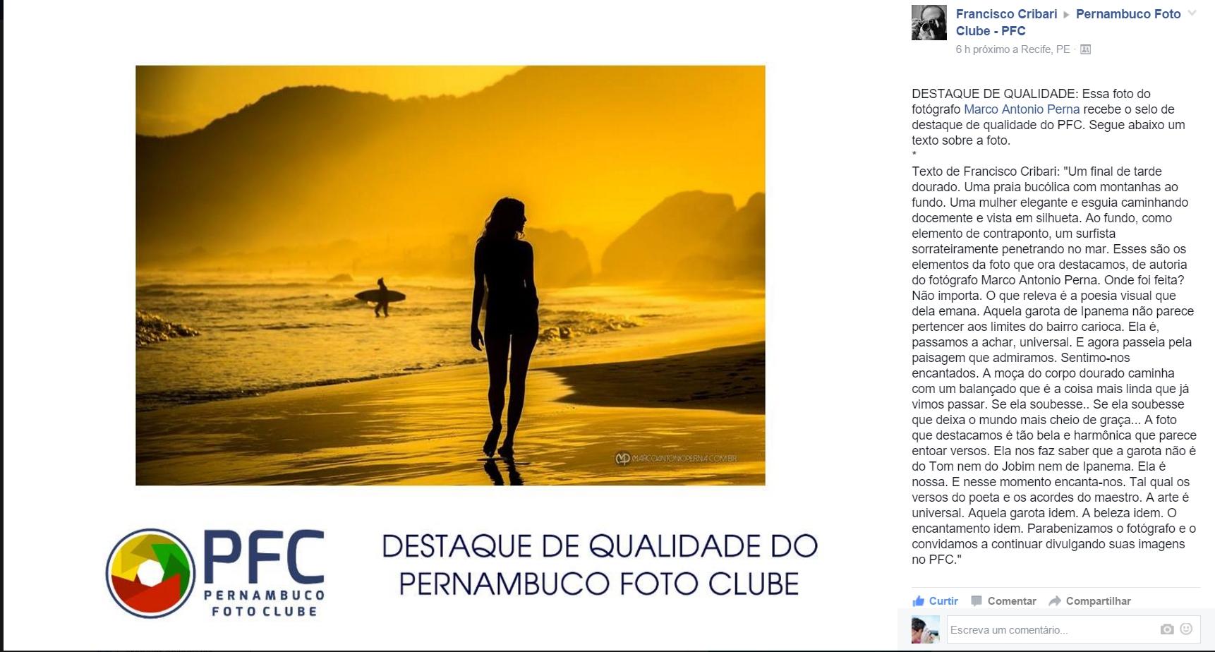 Um final de tarde dourado. Uma praia bucólica com montanhas ao fundo. Uma mulher elegante e esguia caminhando docemente e vista em silhueta. Ao fundo, como ...